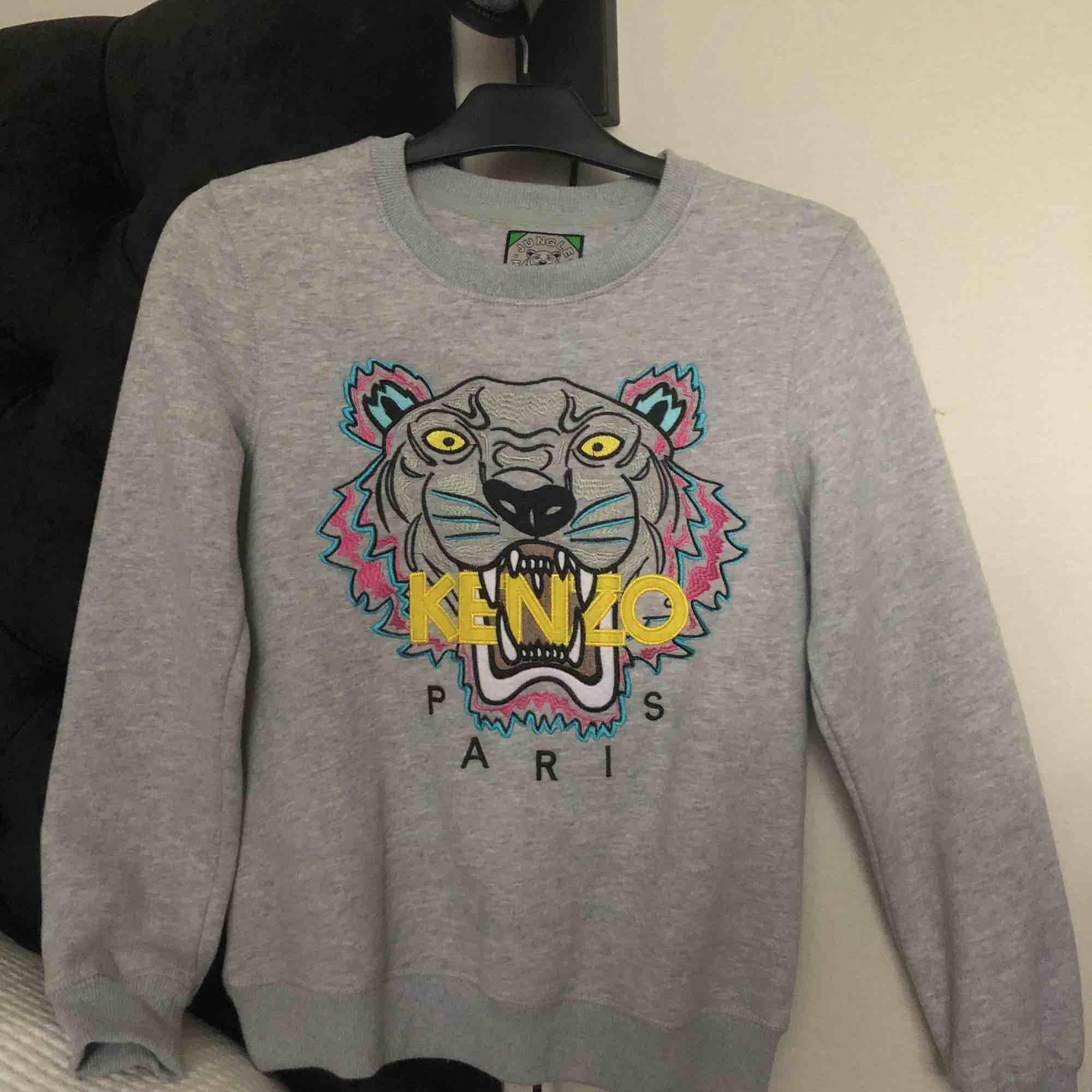 Grå Kenzo sweatshirt som är använd ett par gånger men är i väldigt bra skick. Buda :). Huvtröjor & Träningströjor.