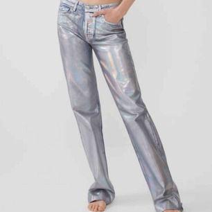 SÖKER!! Någon som vill sälja dessa jeansen från zara.