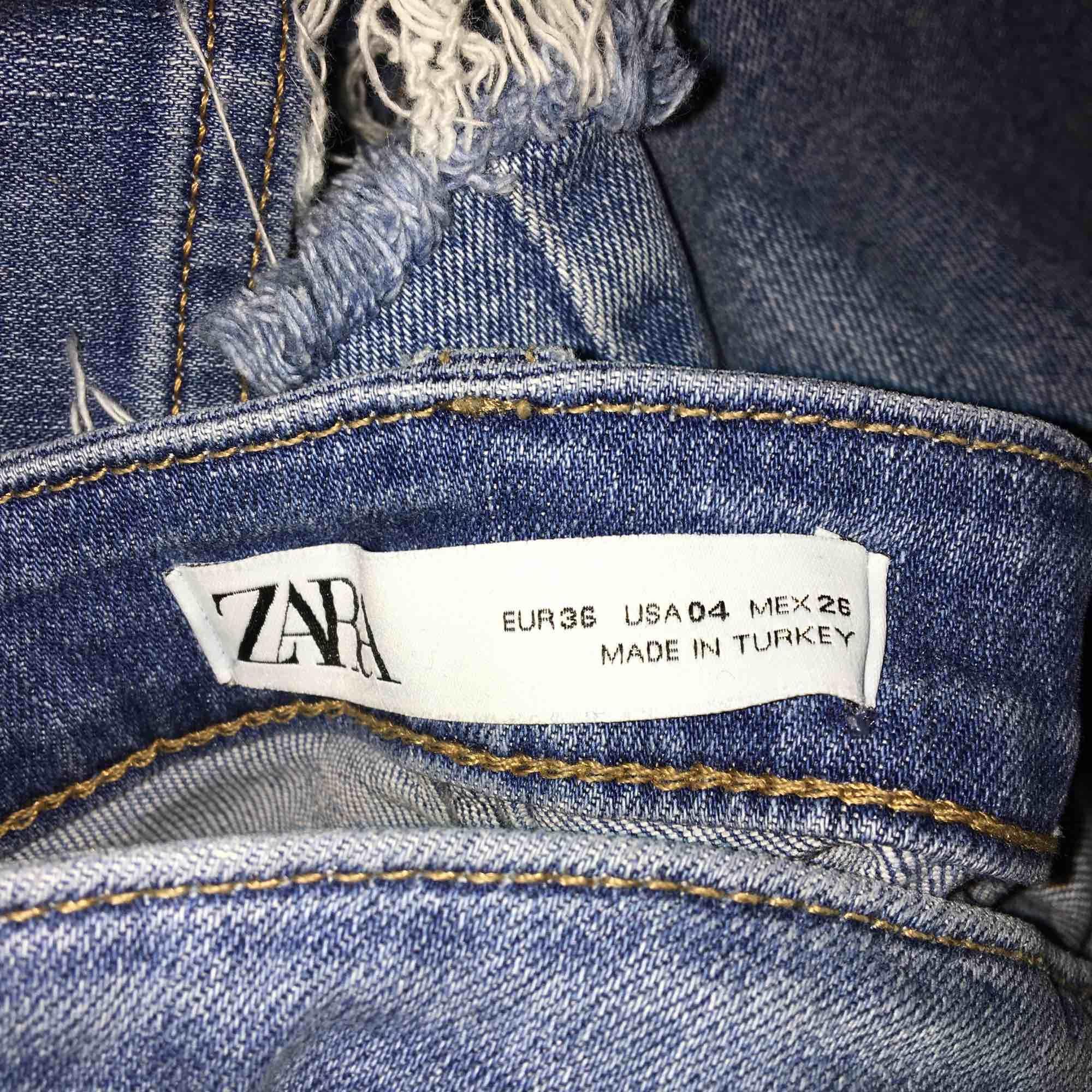 Säljer mina zara jeans som är i bra skick💞. Jeans & Byxor.