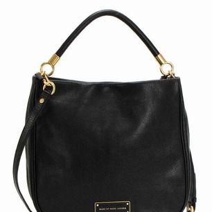 Marc Jacobs väska i svart med guldiga detaljer. Fint skick! Nypris:4500kr