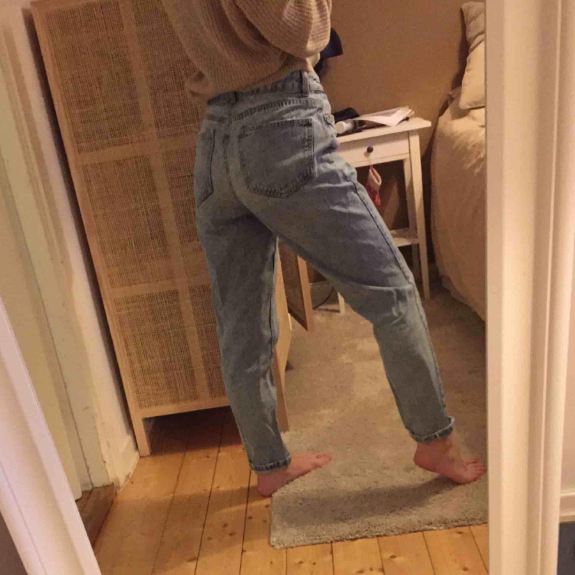 Säljer dessa momjeans då jag inte använder dem längre! Fint skick i storlek 36! Går att mötas upp i Västerås eller så står köparen för frakten🥰. Jeans & Byxor.