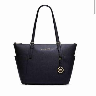 Specialbeställd så väskan är egentligen brun/beige/grå. Så väskan är alltså inte svart som den är på bilden. Använd 4 gånger. Originalpris 3500