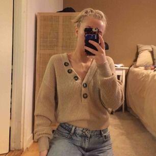 Säljer denna fina stickade tröja från H&M! Fint skick och använd endast 2 gånger🥰 kan mötas upp i Västerås eller så står köparen för frakten✨