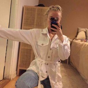 Säljer denna fina vita jeansskjorta pga aldrig använd, super bra skick! Kan mötas upp i Västerås eller så står köparen för frakten🥰