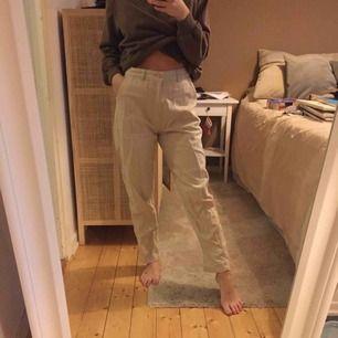 Säljer dessa fina beiga byxor pga kommer inte till användning längre, super bra skick! Kan mötas upp i Västerås eller så står köparen för frakten🥰