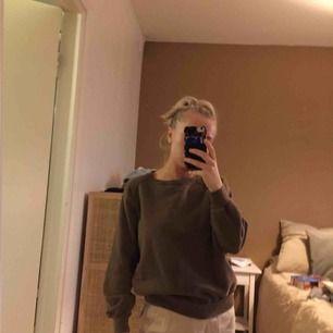 Säljer denna fina bruna college-tröjan pga kommer inte till användning längre! Den är köpt second hand så vet tyvärr inte märket. Kan mötas upp i Västerås eller så står köparen för frakten!🥰