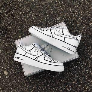 Superfina cartoon custom af1 skor gjorda utav min kille😊 Dem görs på beställning, ni kan skicka in era gamla Nike skor och då kostar det endast 800kr. Vill ni se mer så heter hans instagram konto @customheatse