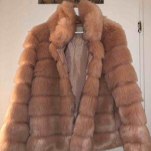 Säljer min väldigt snygga pälsjacka från Nelly, använd ett fåtal gånger och säljer pga att det aldrig kommer till användning längre! Frakten ingår i priset!