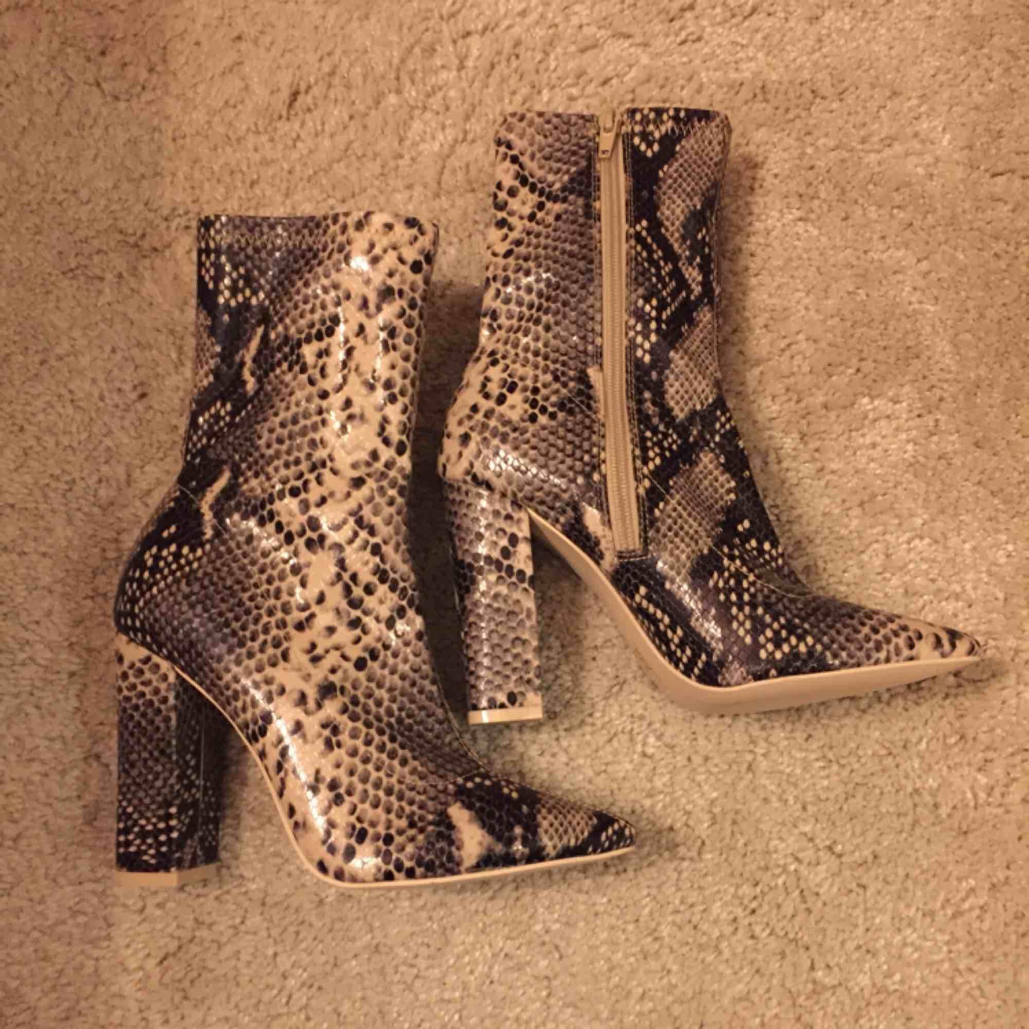 Säljer dessa snygga skor pga kan inte gå i dom, endast använda en gång! Kan mötas upp i Västerås eller så står köparen för frakten 🥰. Skor.