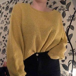 Gul stickad tröja från H&M i oversize-modell. Fint skick, väldigt varm o skön!  Möts upp i Växjö annars står köparen för frakt! 💖