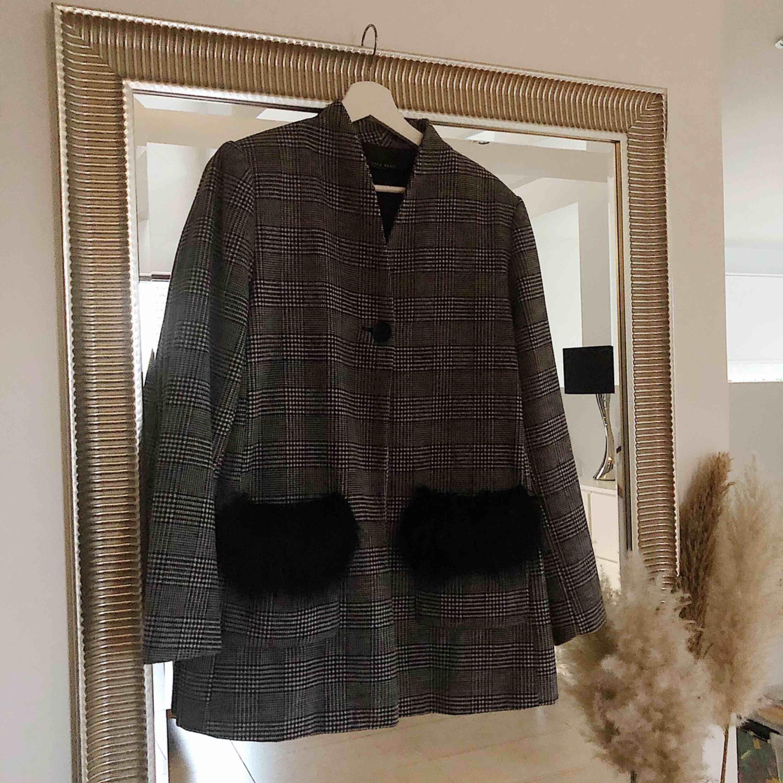 Cool kappa från Zara med fluff vid fickorna. Nyskick. Nypris 549kr. Jackor.