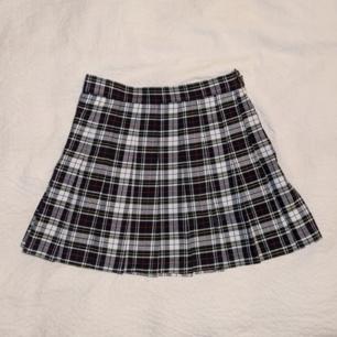 Rutig kjol från American Apparel i storlek S!  Jättebra skick, i princip helt oanvänd. ✨ Älskar denna men har för många rutiga kjolar.  Frakt 36:- eller mötas i Stockholm!