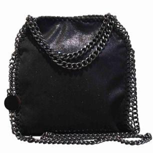 OBS första bilden är inte min! Superfin väska i fint skick, man kan bära den på två sätt som jag visar på bild 2 och 3 :-)