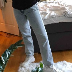 Säljer mina jeans från & Other Stories! Verkligen mina favoritjeans som tyvärr blivit för små för mig :(💖  Jag är 161 cm!!!