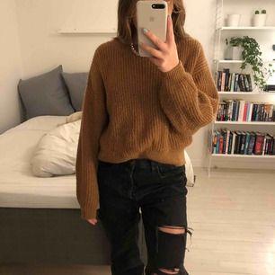 Så fin stickad brun tröja från H&M. Jättemysig och perfekt färg. Kommer inte till användning längre tyvärr. Står storlek XS men sitter bra på mig med S dvs lite oversized.