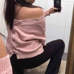 rosa stickad tröja från Nelly med snörning i ryggen, man kan justera snörningen om man vill ha tröjan lösare/tightare. kommer inte till användning längre