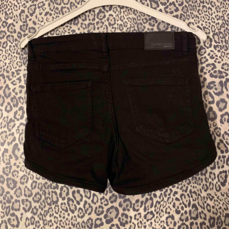 Svarta jeansshorts från Gina Tricot. Stretchiga och sköna! Aldrig använda.. Jeans & Byxor.