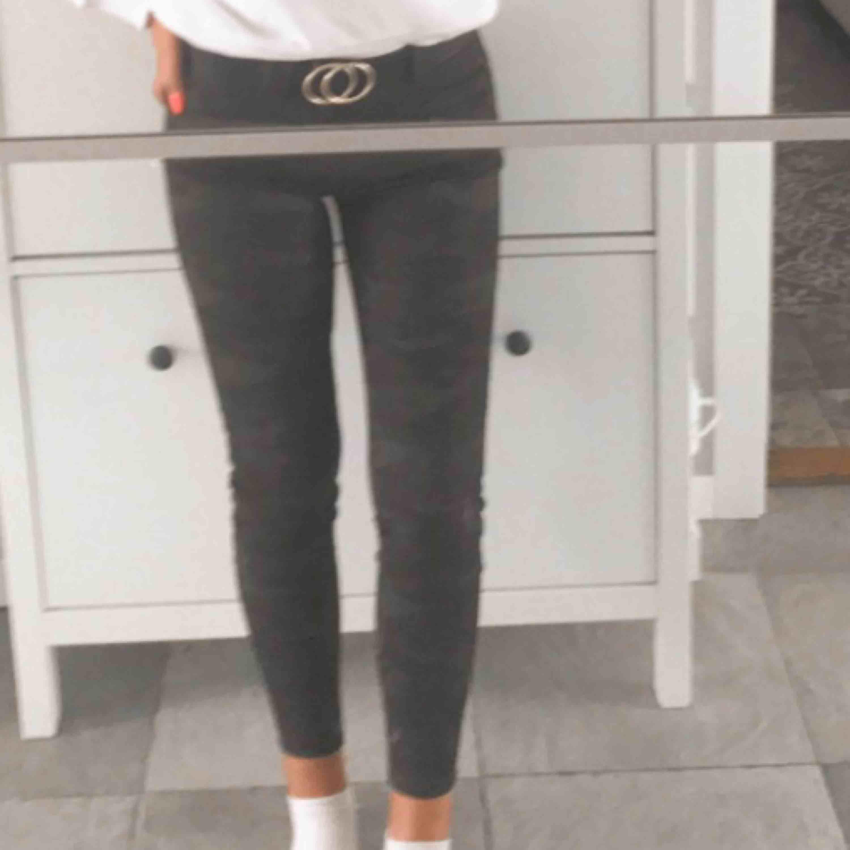 Camouflage jeans från Zara. Använda typ en gång. Stretchiga och sköna. . Jeans & Byxor.