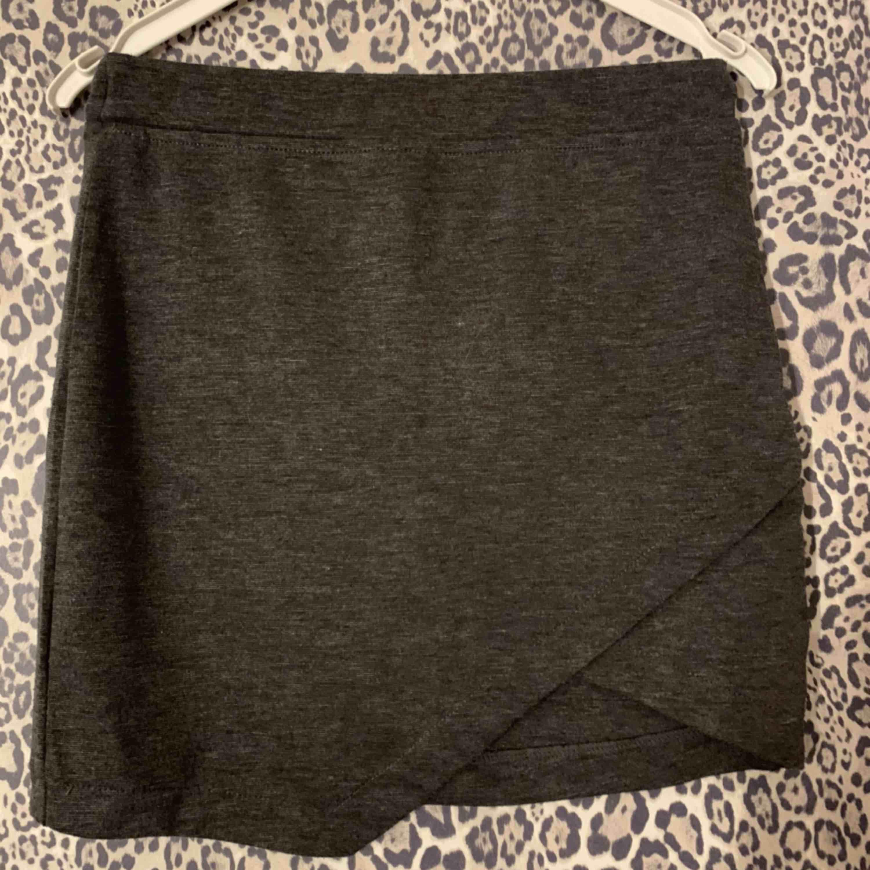 Grå omlott mjuk kjol. Det är storlek 158/164 men passar mig som har S. Använd fåtal gånger.. Kjolar.
