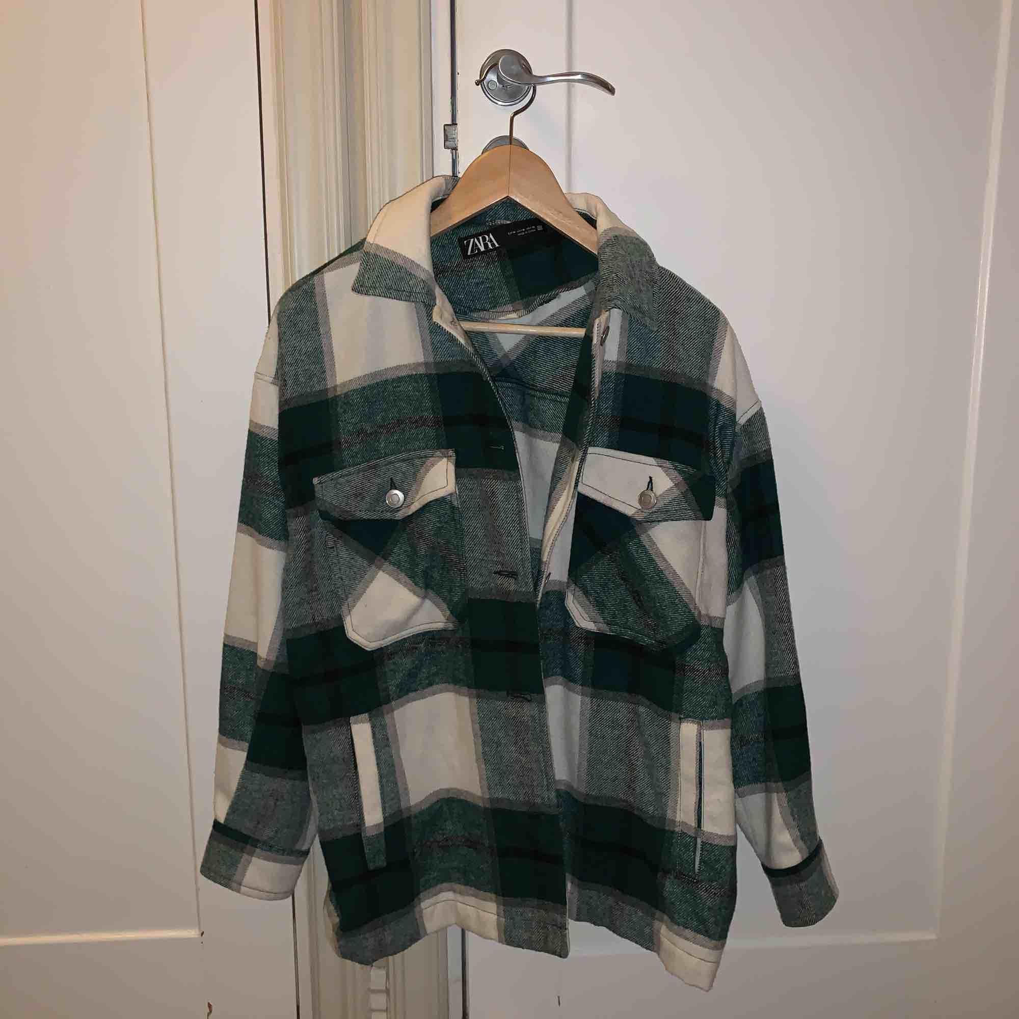 Säljer den trendiga jackan från Zara pågrund av att jag köpte fel storlek. Storlek M. Kan även byta till en xs/s. Jackor.