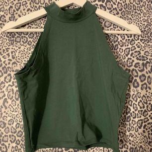 Grön topp med polokrage från Gina Tricot. Använd endast en gång!