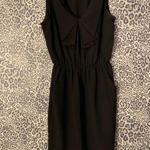 Svart fin klänning med fickor och liten urringning från Silence + Noise, strl XS men passar mig med S.