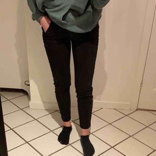 Svarta kostymbyxor med en glittrig rand på sidorna. Aldrig använda, jätte sköna och stretchiga! Från Vero Moda