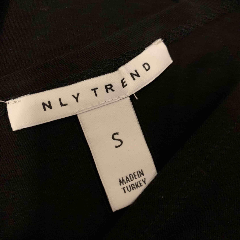 Topp från Nelly som sitter som ett X, jätte snygg men tyvärr aldrig kommit till användning!. Toppar.