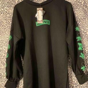 Helt ny långärmad klänning med neongröna tryck på, från Boohoo.