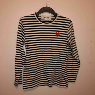 En svart-vit randig comme des garcons tröja, använd kanske 5 gånger! Inga hål eller fläckar så den är imprincip som ny😁