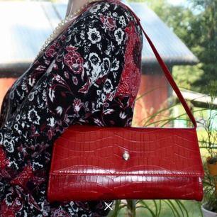 Röd väska  Frakt tillkommer 🦋❤️