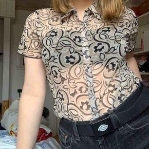 Meshskjorta med 70-taldmönster Märkt i L men passar mer som S Fri frakt!