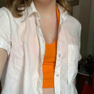 Kort vit skjorta med korta ärmar Från berskha  Fri frakt!