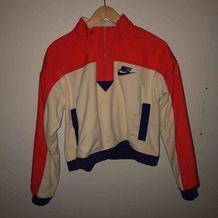 En superskön, varm tröja från Nike, köpt för 899kr men har aldrig hittat tillfälle att rocka den tröjan så nu säljs den vidare! Den är Orange, beige och Marinblå, snygg combo enligt mig!
