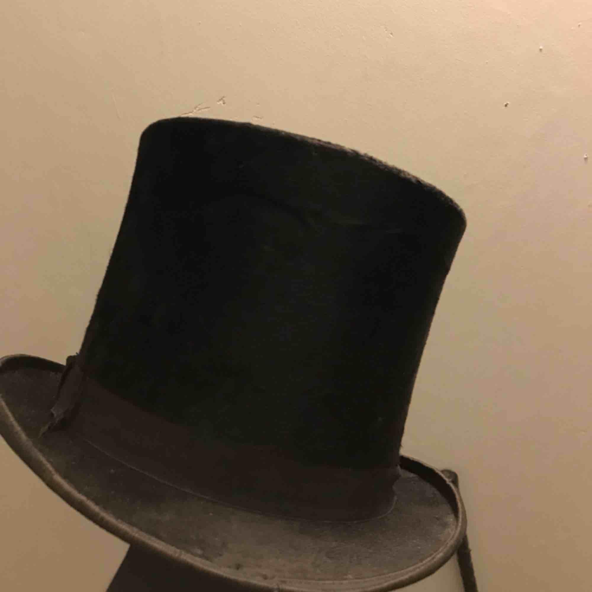 Hög hatt, svart antik cylinderhatt tillverkad i Paris. En klenod för varje gentleman. Äkta vara. Steampunk. En orginalväska kan medfölja. Accessoarer.