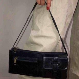 Assnygg väska med snygga detaljer som bara inte kommit till användning, köpt här på plick! Tveka inte att fråga!