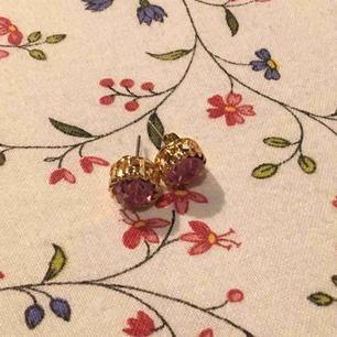 Jättefina guldfärgade örhängen med rosa sten i mitten, endast använda för att ta bilden då jag har töjda ögon och inte kan ha dom. Perfekt skick och grym accessoar. Vid frakt står köparen för kostnaden på 9 kr. 👼🏻