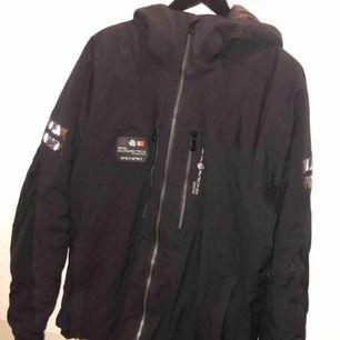 Hej, köpte jackan för 3 vintrar sedan och är absolut använd men är väldigt fräsch, lite skidåkning. Storlek: XL/L Köptes på Intersport för 4499:-  Säljer den för 2000:-eller billigare vid en smidig affär. Swish finns:) Onlinekvitto kan ev fixas