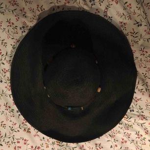 Stor slokande stråhatt i svart, med pärlor runt den som går att ta bort om så önskas. Knappt använd och i jättebra skick. Vid frakt står köparen för kostnaden 👼🏻