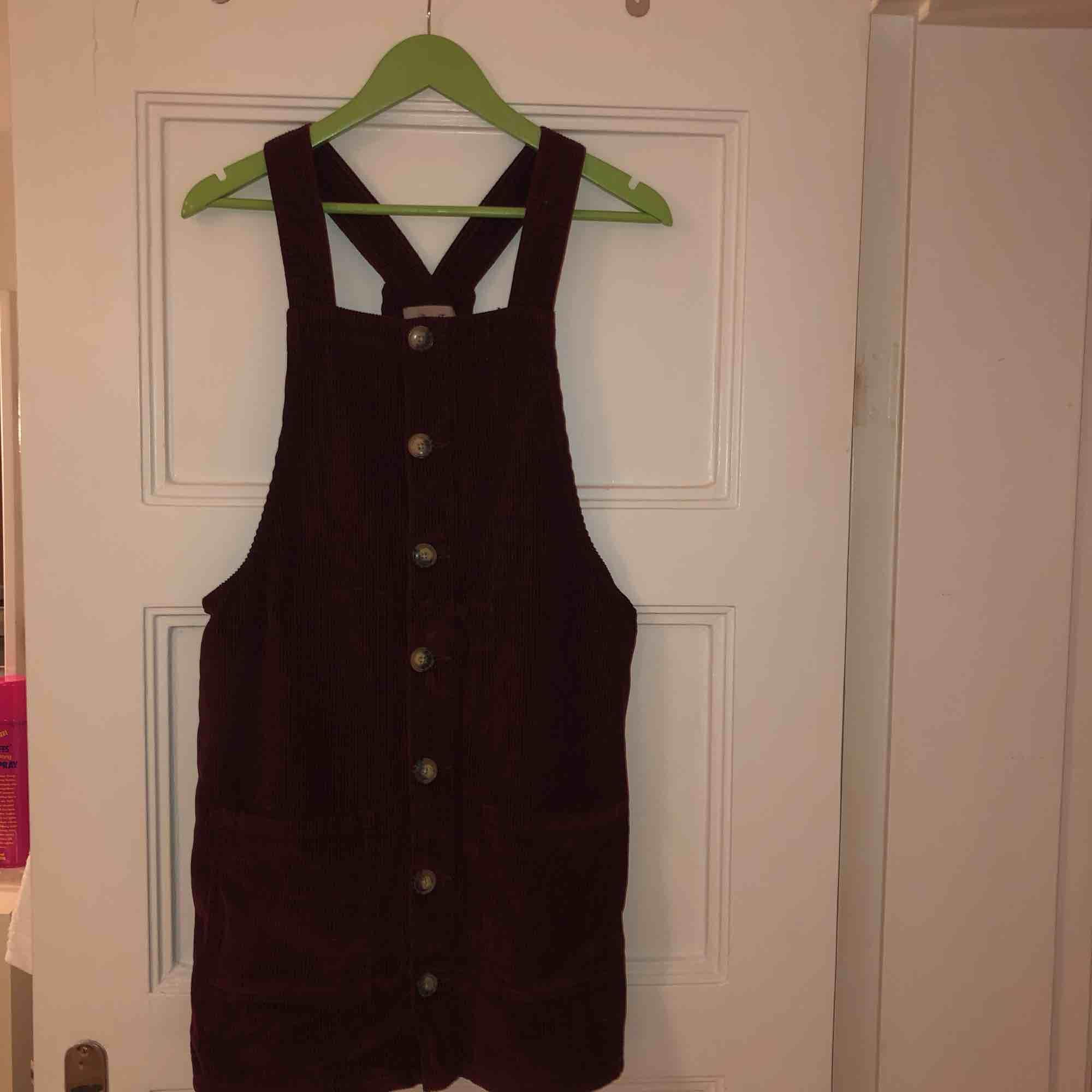 En söt vinröd klänning i Manchester, om man vill ha en lite finare vardagsoutfit, eller ska på middag så passar denna klänningen bra! Kan mötas upp i Malmö, annars står köparen för frakt!❤️. Klänningar.