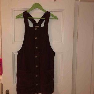 En söt vinröd klänning i Manchester, om man vill ha en lite finare vardagsoutfit, eller ska på middag så passar denna klänningen bra! Kan mötas upp i Malmö, annars står köparen för frakt!❤️