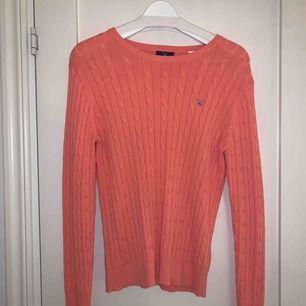 Fin aprikosfärgad, kabelstickad tröja från Gant. Fint skick! Passar både storlek L/XL! Frakt ingår!