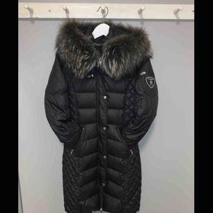 Säljer nu min favorit jacka från Rock & Blue då den blivit för liten & jag ska köpa en ny!! Den är använd fåtal gånger under förra vinter & är som i nyskick! Nypris ca 4000kr! Köparen står för frakten.