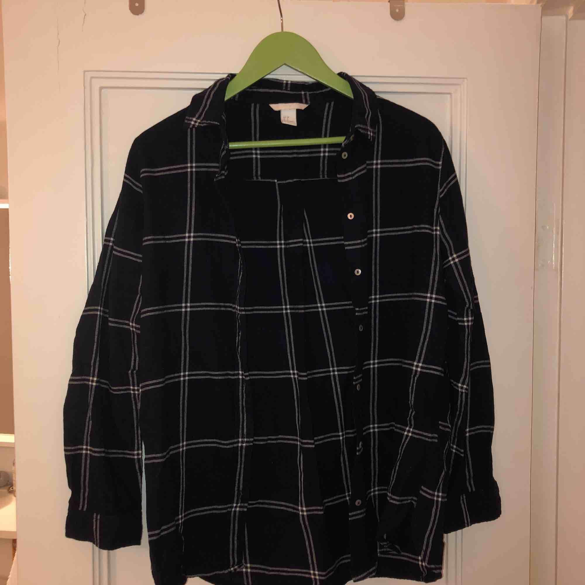 Fin over sized flanell skjorta i mörkblå. Älskar denna skjortan, fett skön, men kommer tyvärr inte alls till användning... kan mötas upp i Malmö, annars står köparen för frakt!❤️. Skjortor.