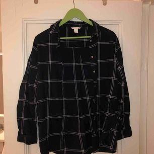 Fin over sized skjorta i mörkblå. Älskar denna skjortan, fett skön, men kommer tyvärr inte alls till användning... kan mötas upp i Malmö, annars står köparen för frakt!❤️