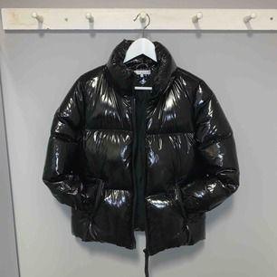 Säljer även denna as balla jacka från Tommy Hilfiger då den tyvärr inte kommer till användning längre... den är knappt använd alls & köpt förra vintern. Nypris ca 3500kr! Köparen står för frakt