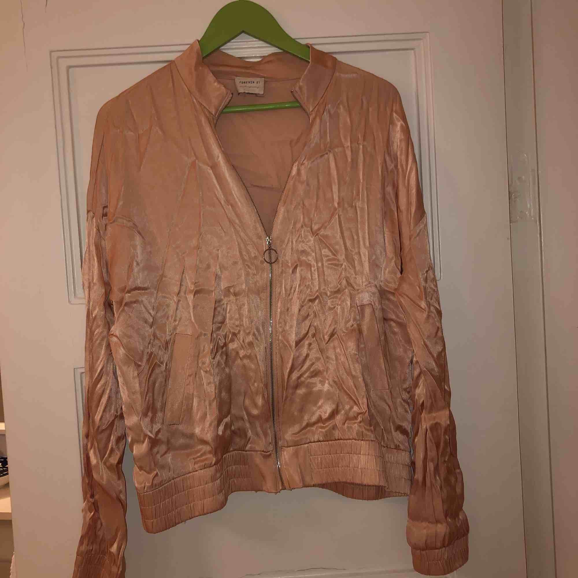 Jättesöt rosa siden-jacka som tyvärr är lite för stor för mig. Den är köpt på forever 21 för 250kr men endast använd 2 ggr. Kan mötas upp i Malmö, annars står köparen för frakt!❤️. Övrigt.