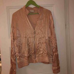 Jättesöt rosa siden-jacka som tyvärr är lite för stor för mig. Den är köpt på forever 21 för 250kr men endast använd 2 ggr. Kan mötas upp i Malmö, annars står köparen för frakt!❤️