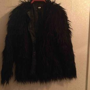 Pälsjacka Jättebra skick, endast använd en halv vinter. Funkar som höst och vinter jacka .