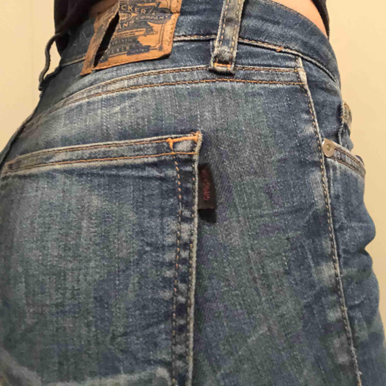 Lågmidjade jeans från crocker, sitter jättefint! Säljer pga av att jag inte använder dom. Märket bak är lite sönder, därav priset. Jeans & Byxor.